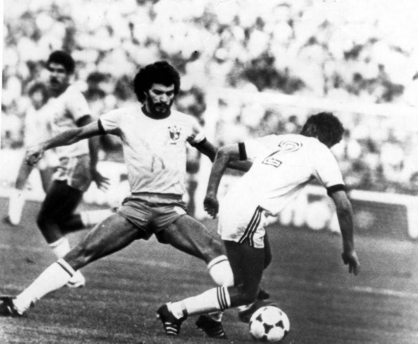 Copa de 1982 - Sócrates tenta marcar jogador da Nova Zelândia; Brasil não teve dificuldades para vencer o adversário por 4 a 0