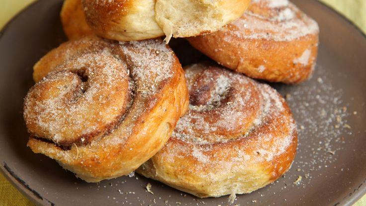 Søt gjærbakst er godt året rundt. Baker du litt ekstra, er boller eller kanelsnurrer ypperlig å ha på lur i fryseren. Her finner du ti oppskrifter på bakst i ulike varianter.