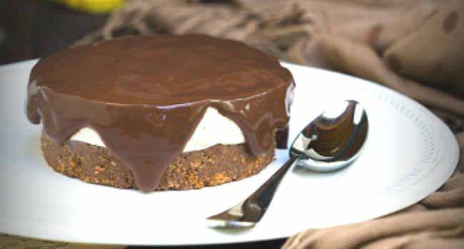 Con questa cheesecake vegana alle banane con topping al cacao, si può essere golosi anche senza attentare alla linea!