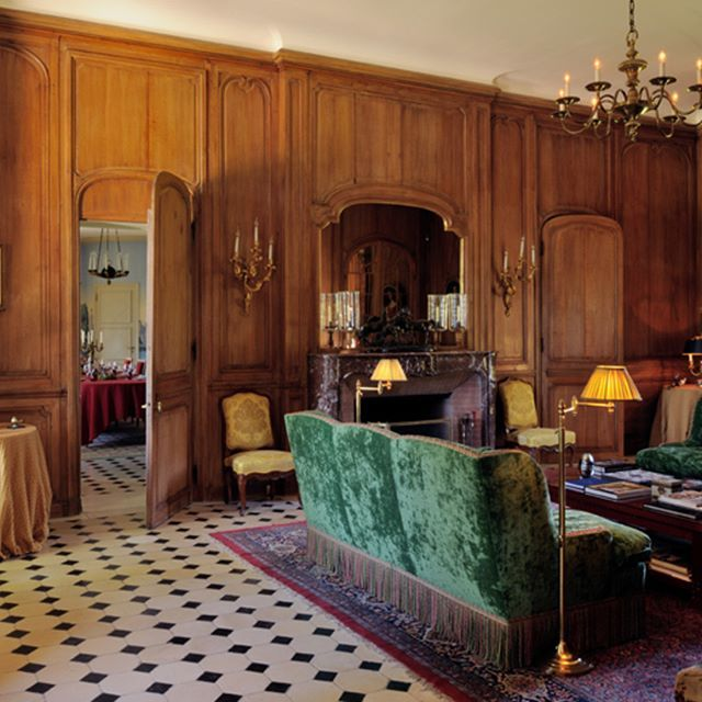 One of the several nice reception halls of the château. Nearby Paris, Fontainbleau.   #luxuryhouse#luxurylife#luxuryliving#luxurytravel#luxurystyle#luxurydesign#luxuryhome#luxuryproperty#luxuryvilla#thegoodlife#luxury#traveler#travel#privatevilla#chateaux#castles#Rich#boss#Fontainbleau#castle