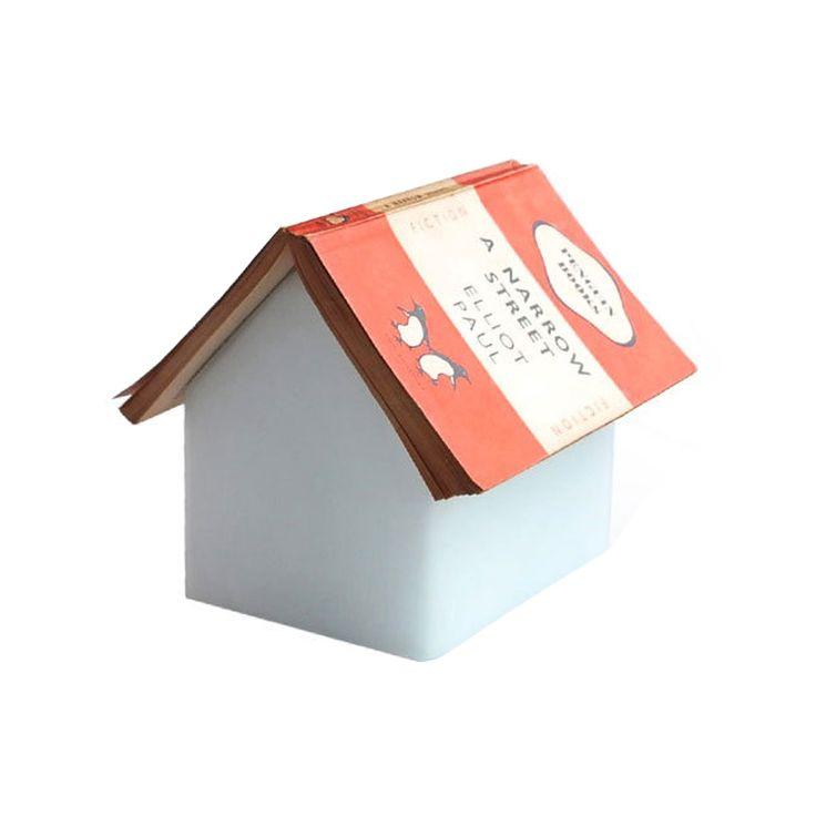 Lampe Maison Repose Livre | Suck UK @bonjourbibiche. Une lampe de chevet originale et design. Un beau luminaire design en forme de maison qui gardera votre page une fois que vous aurez fini votre lecture #décoration #chambre #cosy