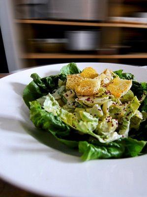 """Caesar Salad - Ein Hauch Italo Amerika Cuisine • llen Rezepten ist allerdings gemein, dass man den Römischen Kopfsalat nimmt, Roman Lettuce. Sieht etwa aus wie grüner Chicoree, gibt es fast immer in türkischen Läden hier in Deutschland. Was auch geht, wenn erhältlich: """"Kopfsalatherzen"""" in vielen Kühlregalen zu finden. Unser  Rezept des Caesar Salad  ist ein wenig schlanker, nämlich mit Joghurt, auch nicht ungewöhnlich in den Vereinigten Staaten.  (gerne repinnen erlaubt,es wäre mir eine…"""