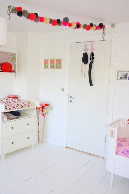 by.bak: Pompoms, Pom Poms, De Pompon Vans Wol, Kids Spaces, Pom Pom Garlands, Kid Rooms, Pompom Garlands, Baby, Kids Rooms