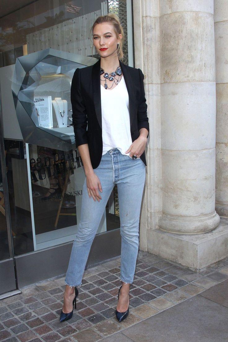 Modelka Karlie Kloss (24) je důkazem toho, že i džíny a tričko se mohou proměnit ve vysoce elegantní model. Stačí si vzít černé sáčko, lodičky na jehlách a výrazný šperk