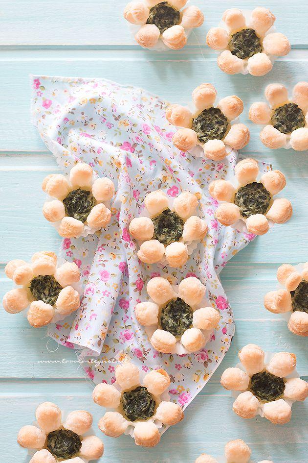 Fiori di pasta sfoglia salati (finger food) - Ricetta Fiori di pasta sfoglia
