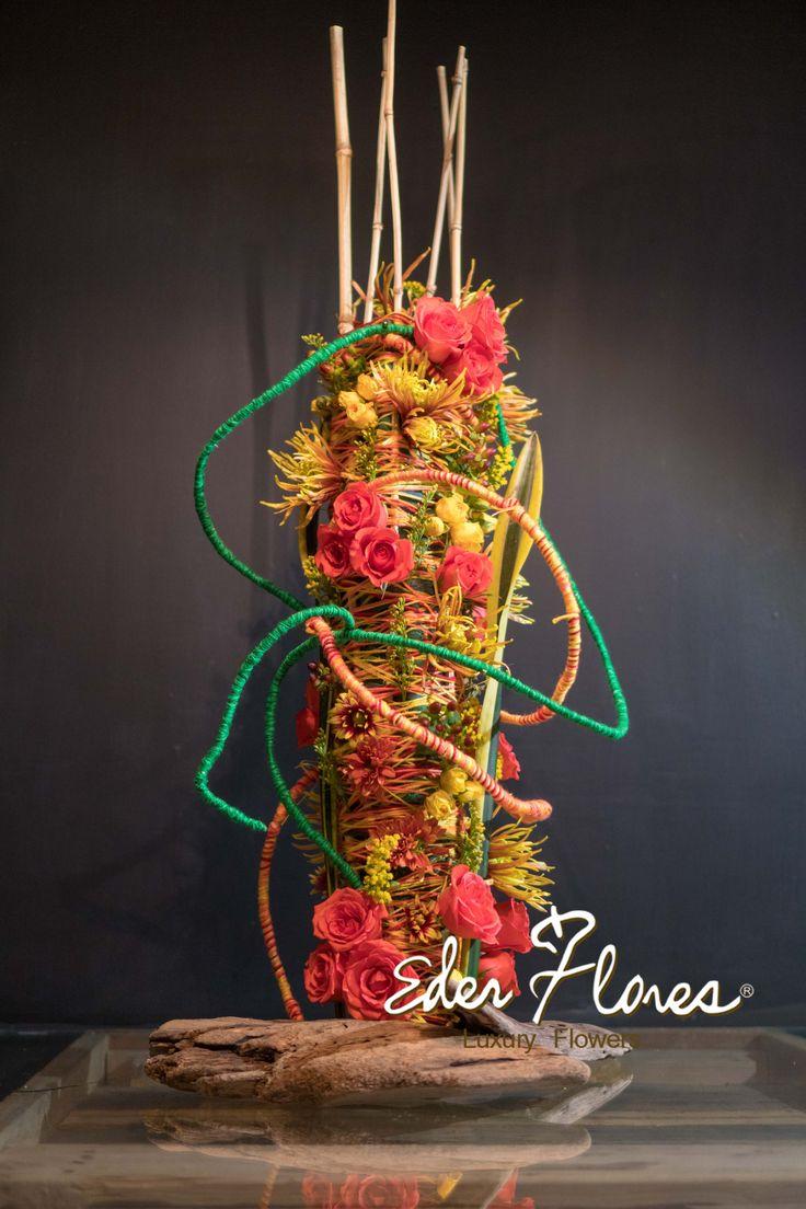Arreglo Floral vertical estilo tótem, Este diseño esta inspirado en las Artesanías de la cultura Nayarita de los Huicholes y Coras, hecho con estambres y lleno de color.