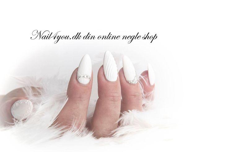 Gele negle lavet med hvid sculpture gele. Vi kan tilbyde dig et negle kursus hvor du kan lære at lave negle som dem her.