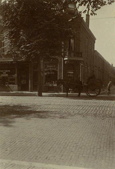 Gezicht op het hoekhuis Amsterdamsestraatweg 240 te Utrecht; rechts de ingang van de Dahliastraat.1910-1920