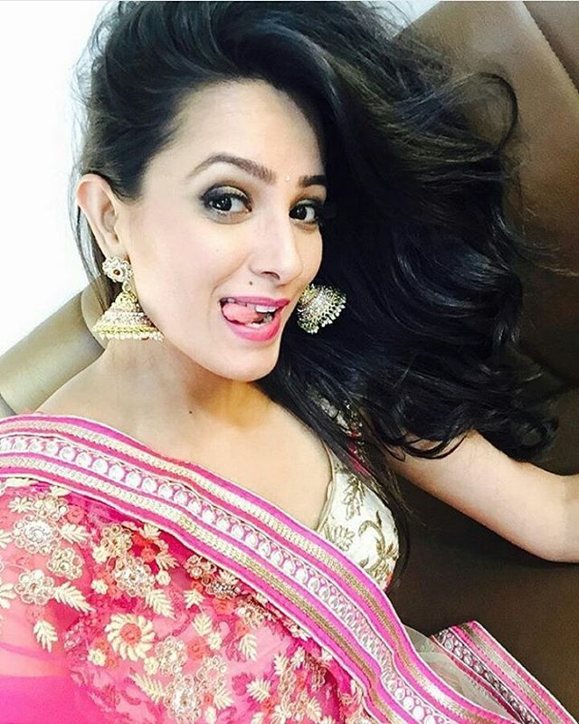 Plx say one word 4 @anitahassanandani i really want to see what u descibe about my bae.....