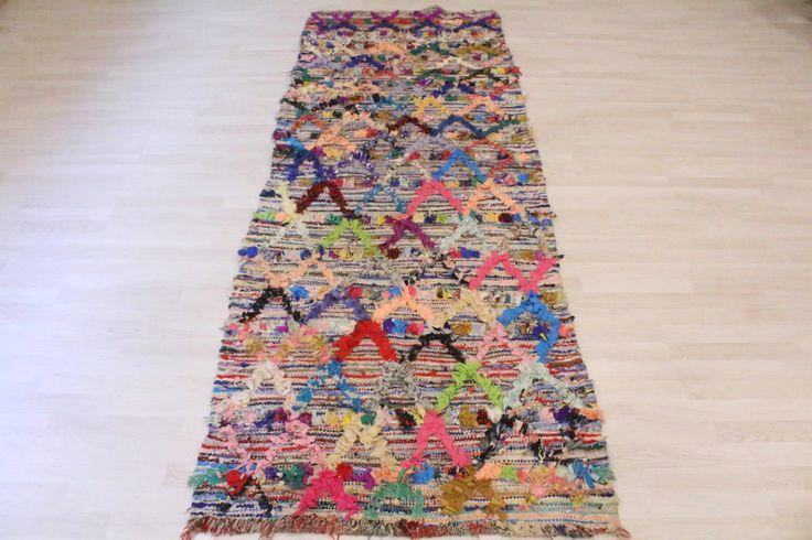 Tapijten zijn met de hand geweven en is ontworpen met gerecycleerde stoffen. Een uniek stuk met tuinen en een rijke en gevarieerde kleurenpalet. De boucherouite is een zeer trendy. Hij stemt in met verschillende interieurontwerpen en brengt aan uw woonkamer een vleugje chique etnische decoratie. Het tapijt zal benadrukken, uw meubels, uw shows leer. Het wordt ook vaak geassocieerd met de Scandinavische meubels. U kunt deze stukken van textiel in tabellen afleiden door het aansluiten van hen…
