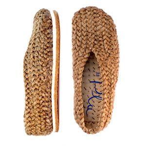 Estos zapatos están hechos a mano con una sola trenza de yute que da vueltas sobre un forro de algodón. Su suela está formada por dos capas, una textil y otra de crepé natural, que hacen la pisada muy cómoda.  Gastos de envío Gratis España para península y Baleares Resto de Europa 15 € Resto del mundo 22 €   Nuestros zapatos vienen presentados en una bolsa artesanal de yute y algodón estampada a mano, convenientemente protegida por un embalaje exterior de cartón.Los envíos se realizaránde…