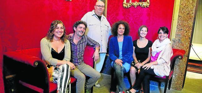 Lluqui Herrero, Agnès Llobet y Maria Bauçà protagonizan la obra dirigida por Rafel Duran 'Un matrimoni de Boston'. Foto de la rueda de prensa en el Casal Solleric
