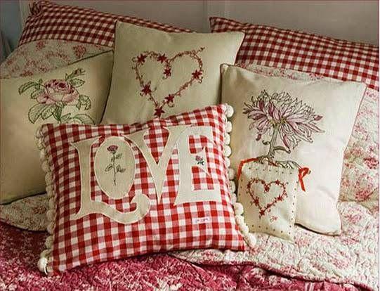 Decoração para o Dia dos Namorados com almofadas românticas -  Vale caprichar na escolha dos móveis, que podem ser modernos ou com ar retrô, dar atenção às cores e estampas e, claro, aos acessórios que vão transformar o clima da casa.