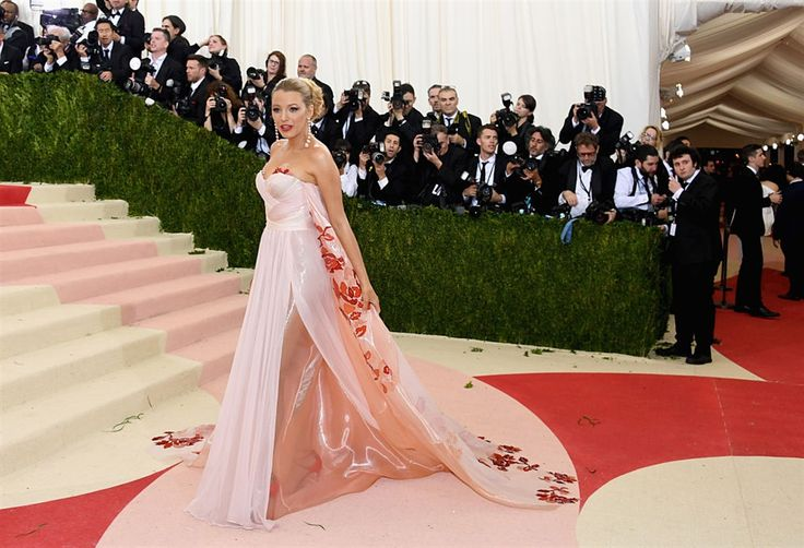 #BlakeLively in @burberry #met #metgala #redcarpet #vogue #vips #celebrities #fashion #fashionstyle #style #model #met2016 #metgala2016 #alducadaosta #glamour #outfit #dress #dream #burberry