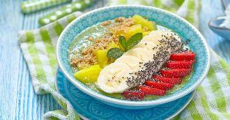 smoothie-bowl-kiwis-mangue-menthe-banane-fraises-et-graines