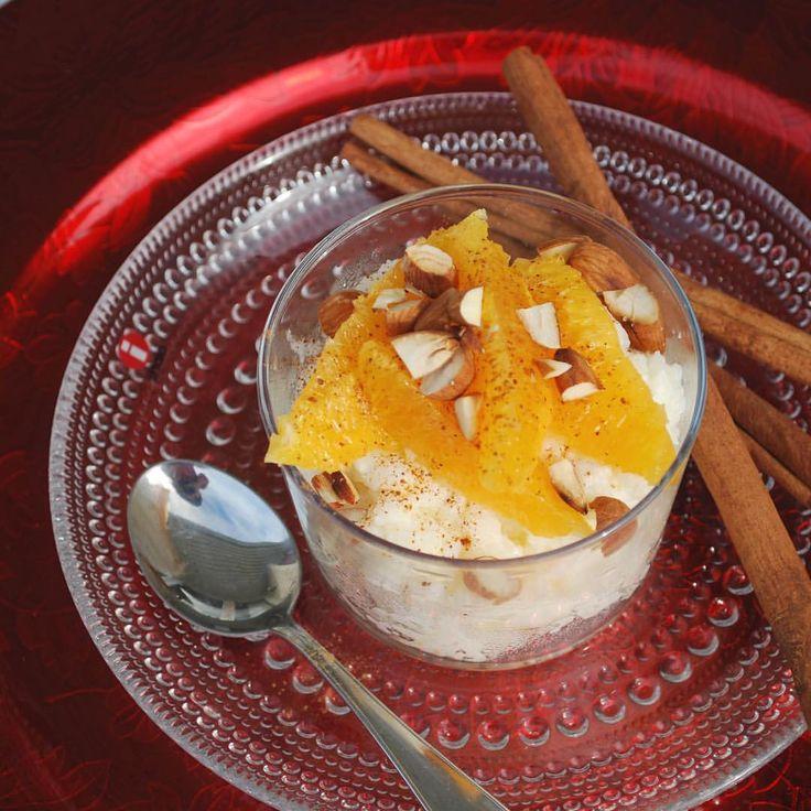 Kokosgröt med kanelpudrade apelsiner och rostad mandel✨ traditionell risgrynsgröt får här en härlig touch av kokos. Toppad med saftiga bitar av apelsin, kanel och rostade mandlar blir detta en lyxig frukost att njuta av i jul. Recept 4 port. 🔸KungMarkatta Grötris, kokt (ca 2 dl okokt) 🔸1 ½ msk Kung Markatta Kokosmjöl 🔸2 apelsiner, i filéer 🔸1 tsk kanel 🔸½ dl Kung Markattas Sötmandlar, rostade och hackade.