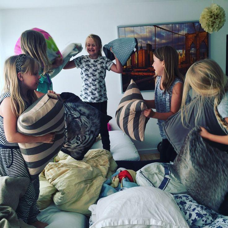 """Pyjamas Party - Tøsernes skønne """"Vi må det hele aften""""   de bedste overlevelsestips til mor!"""