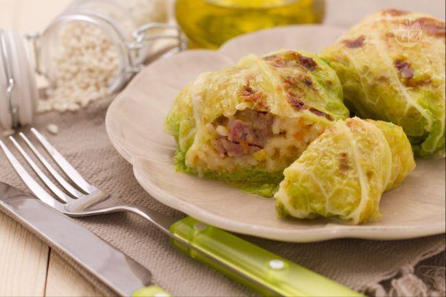 Gli involtini di verza sono un antipasto o un secondo piatto molto gustoso ideale da servire durante le giornate autunnali.