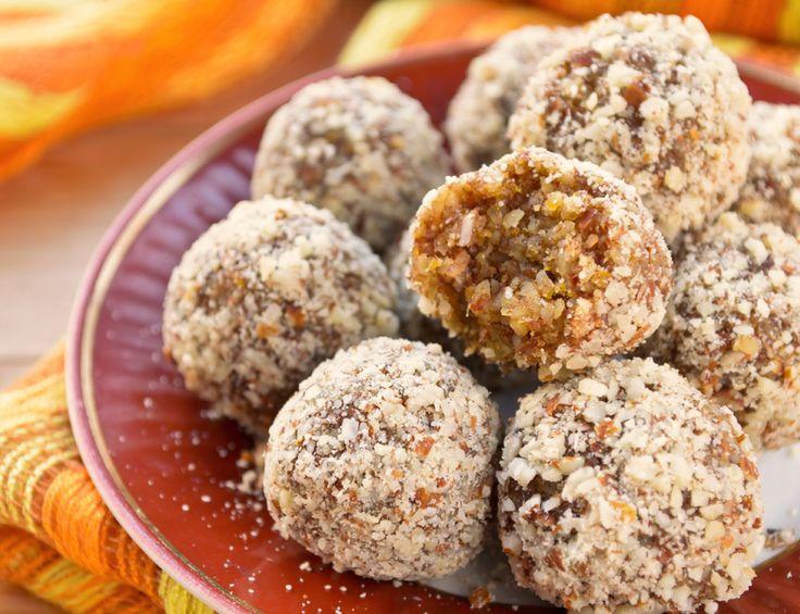 Statt Schokoriegel oder Kaffee greifen wir bei einem Leistungsabfall künftig nur noch zu diesen leckeren Energiebällchen aus Mandeln, Kokosflocken und Datteln. Hier erfahren Sie, wie Sie die kleinen Bällchen selbst herstellen können. http://www.fuersie.de/kochen/rezeptideen/artikel/energy-balls-selber-machen