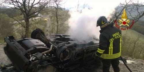 Cronaca: #Ancona #auto #finisce fuori strada e prende fuoco | Un uomo morto carbonizzato ferita la figlia (link: http://ift.tt/2noFBIy )
