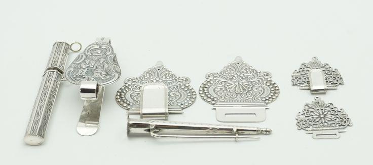 Een kavel divers voornamelijk antiek Hollands zilver, w.o. breinaaldhouder, naaldenkoker, tassenhaak en gespen vervaardigd van bijbelsloten