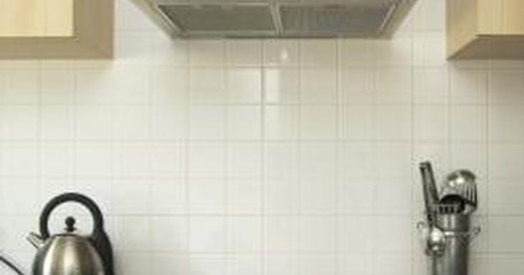 Cómo limpiar el filtro de la campana de la cocina. Las campanas extractoras de una cocina filtran la grasa y el humo producido al cocinar. El humo escapa por las rejillas de ventilación de la campana exterior a través de un conducto, o vuelve a circular en el ambiente después de haber pasado por un filtro. Un filtro de carbón activo reduce el humo y los olores de la cocina, y normalmente se ...