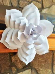 Cette magnifique fleur papier géant serait un morceau de décor magnifique pour un mariage, événement, ou pour votre maison. Combinez cette fleur avec différents styles pour créer une magnifique toile de fond. Le diamètre est de 16-18. Cette fleur est faite avec papier cartonné de prime pour la longévité. Chaque pétale est coupé, sculpté et méticuleusement assemblé. Les fleurs seront légèrement différents les uns des autres et fabriqués sur commande. Cest une belle pièce dart. Envoyer un…