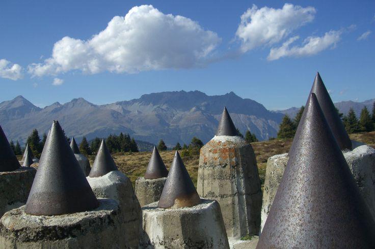 Panzersperre auf Plamort auf 2.000 m. Relikte aus der Vergangenheit im Dreiländereck.