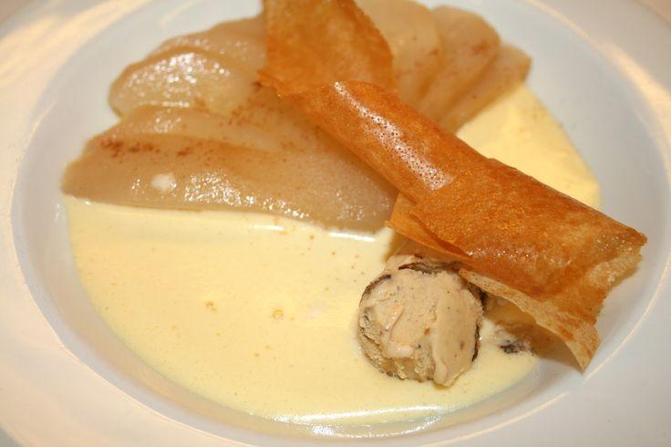 Duet van Doyenné peer en parfait van peperkoek met een sabayon van nootjeslikeur
