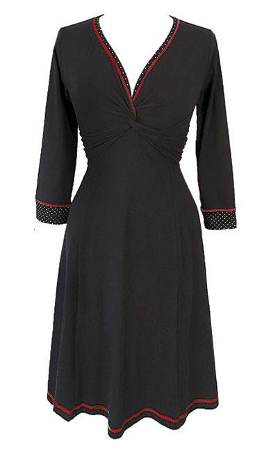 Sort basic kjole med 3/4 ærmer OBS! Kjolen kommer hjem i løbet afet par uge, men den kan bestilles allerede nu.  Twist-kjolen er udført i en blød bomuld, der ikke krøller. Den har sorte, småprikkedekanter og en rød syning i halsudskæringen og på ærmerne.En dejlig hverdagskjole, der også er meget velegnet til dans/træning.Basistøj har man altid brug for! Sådan noget nemt noget, der kan vaskes i maskine, som ikke krøller, og som kan tages på igen og igen og igen…  Mål:Længden er...