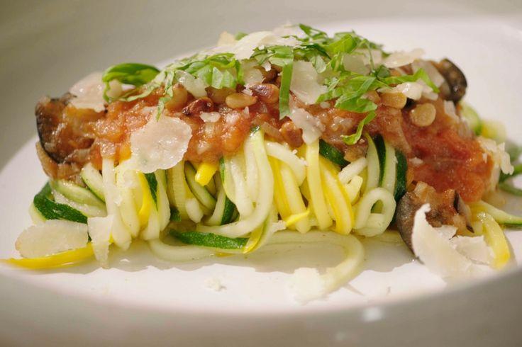 Deze courgettepasta is puur en licht maar ook een echte smaakbom. Jeroen serveert deze 'courgetti' met verse tomatencompote en schapenkaas