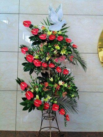 kompozycje na ołtarz - bierzmowanie - anturium, glorioza, lilie
