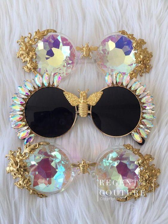 Bordados, cristais e outras pedrarias adornam óculos de sol com lentes  redondas, quadradas, geométricas, deixando o acessório bem estiliz… 5cd95eec6c