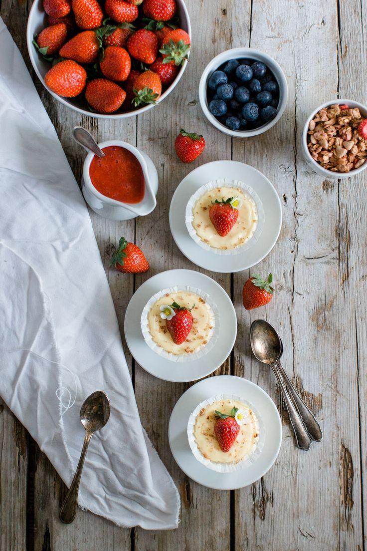 Mini New York Cheesecake mit Erdbeeren und Heidelbeeren