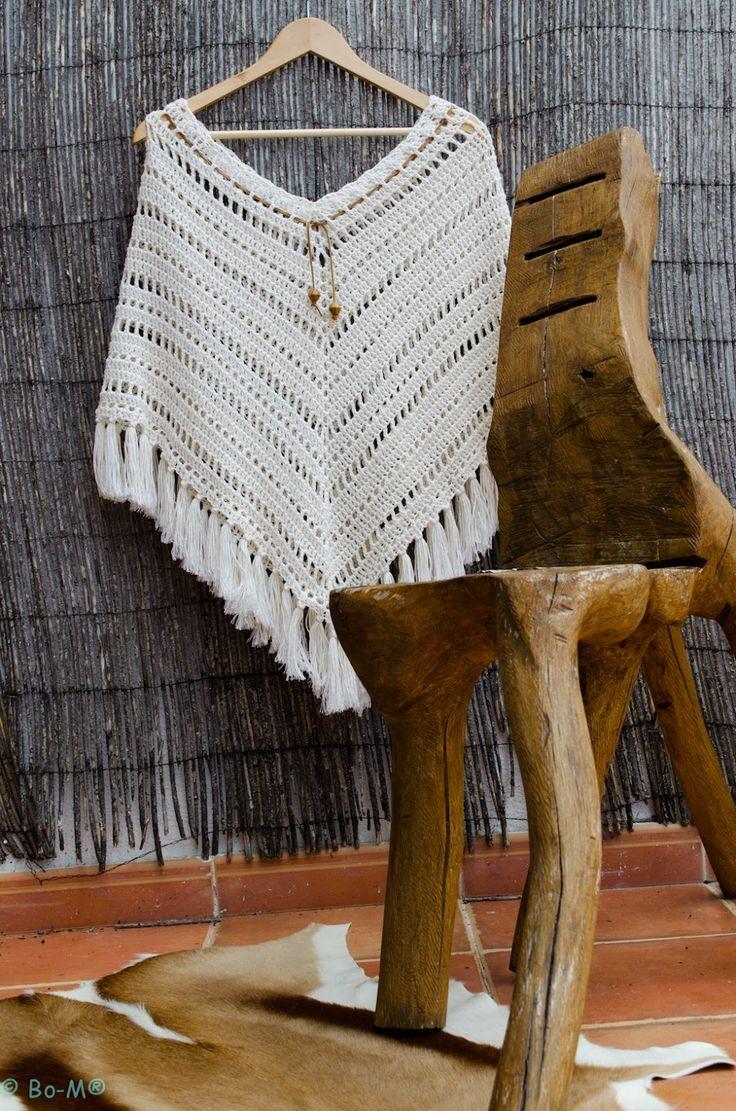 Poncho feito à mão em crochet com fio de algodão Aplicação de cordão de camurcinha com bolas de madeira