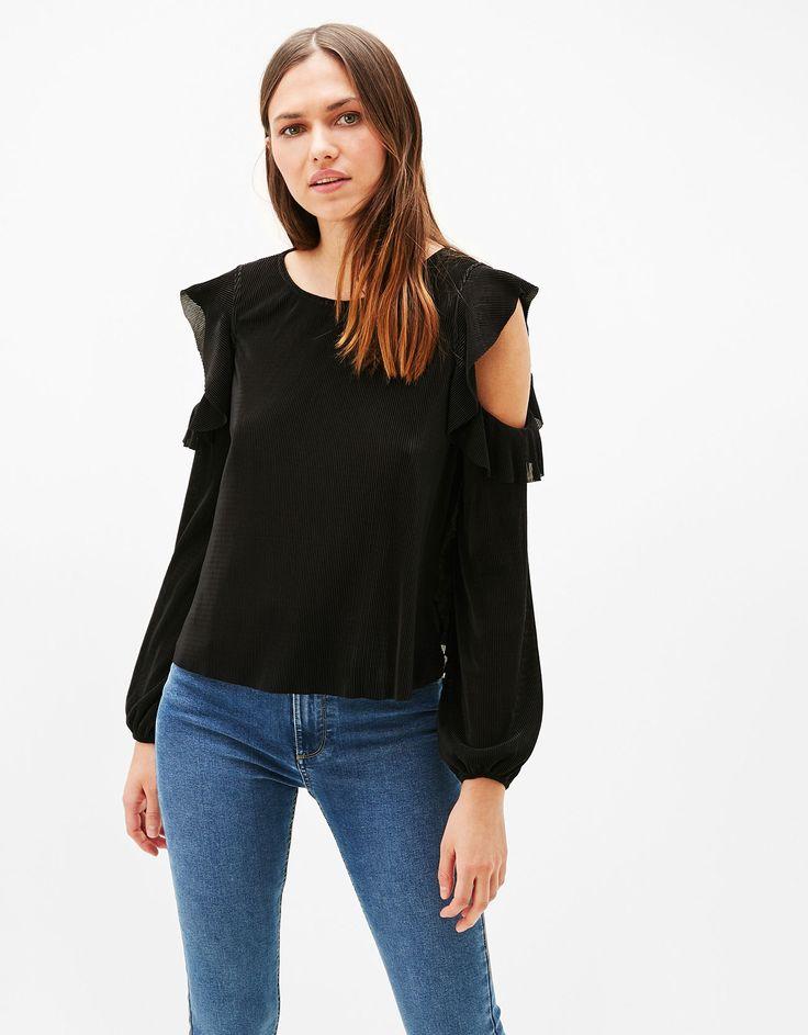 Blusa off shoulder plisada. Descubre ésta y muchas otras prendas en Bershka con nuevos productos cada semana