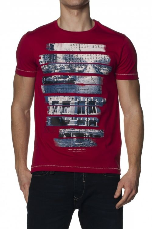 Slim-fit t-shirt with frontal print.