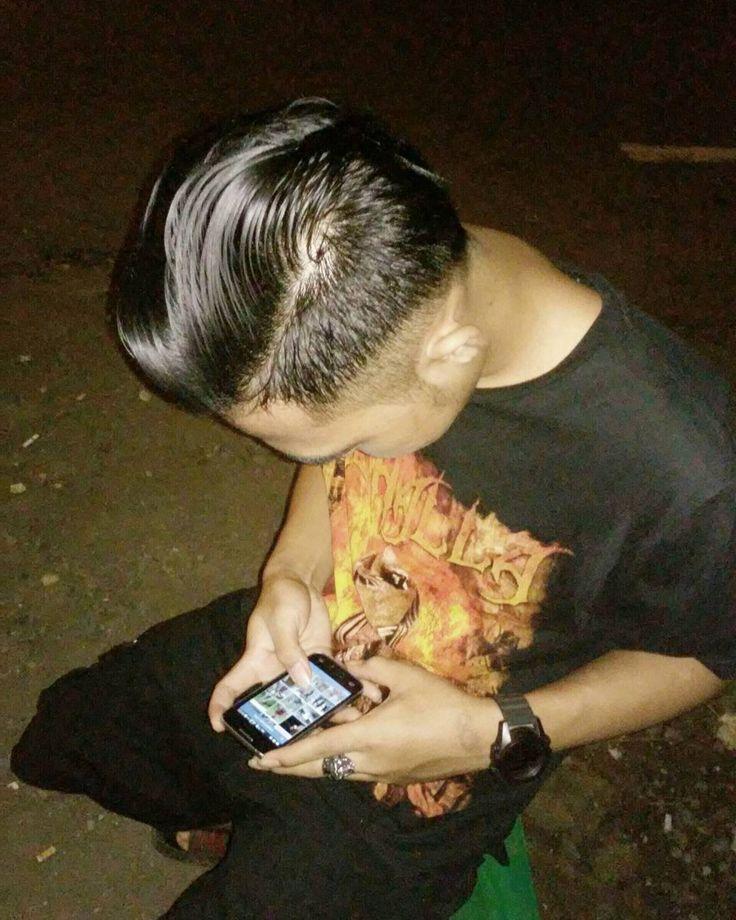 Pakaian hitam bukan berarti hatinya juga hitam putih tidak selalu hatinya putih manusia siapa yang tau... #metal #metalheads #metalhead #instametal #underground #barber #barberia #barbershop #hair #hairstyle #black #indonesiametalhead by awank___