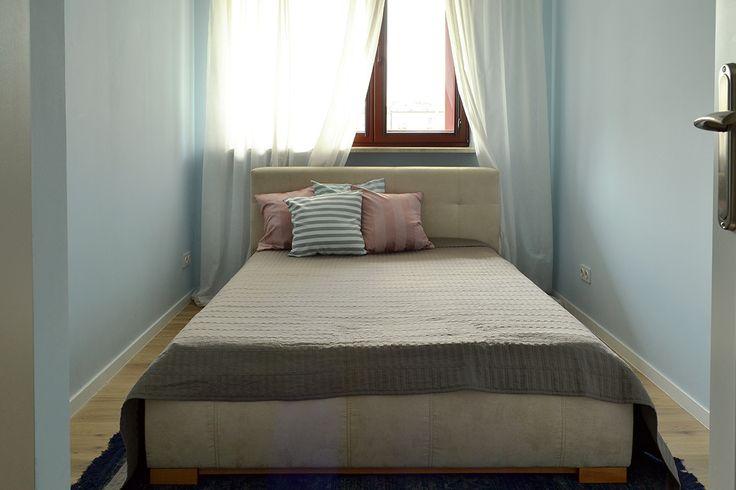 Beż i pastelowy niebieski. Przepis na delikatną, stonowaną sypialnie. Sypialnia ma być pomieszczeniem sprzyjającym wypoczynkowi, dlatego takie połączenie kolorów sprawdziło się doskonale!  #sypialnia #łóżko #beżowy #niebieski