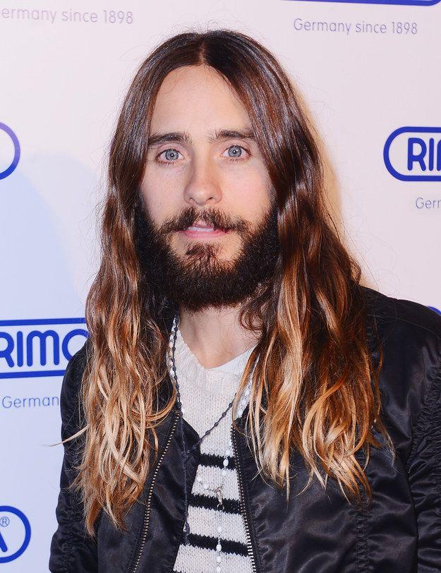 PAREM AS MÁQUINAS: Jared Leto tirou a barba e cortou o cabelo