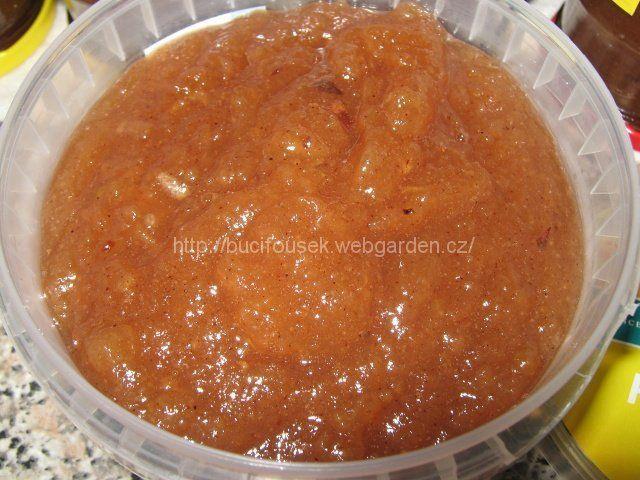 """""""Jablková povidla"""" - výýýborná!!! SUROVINY5kg jablek ( i padaných), 2,5kg krystalového cukru, 125ml octa, 2 čajové lžičky mleté skořice, 6 kusů badyánu, 21 kusů hřebíčkuPOSTUP PŘÍPRAVYZ této dávky jsem měla moooc skleniček, jukněte na fotky. :-)Omytá jablka oloupeme, nastrouháme nahrubo, vložíme do velkého kastrolu (alespoň na 8-10 litrů), přidáme ocet, cukr a koření a takto necháme pod pokličkou odležet do druhého dne někde v chladu (já to dala přes noc ven na terasu). Do druhého dne…"""