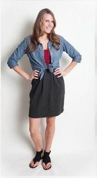 Джинсовая рубашка, вишневое платье, черные туфли