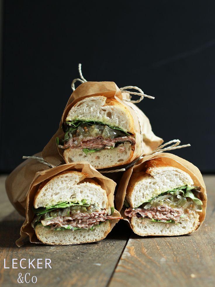 Roastbeef Sandwich mit Gurkenrelish und Wasabi Mayo - ein wirklich leckeres Premium Sandwich, mit dem ihr beim nächsten Picknick beeindrucken könnt.