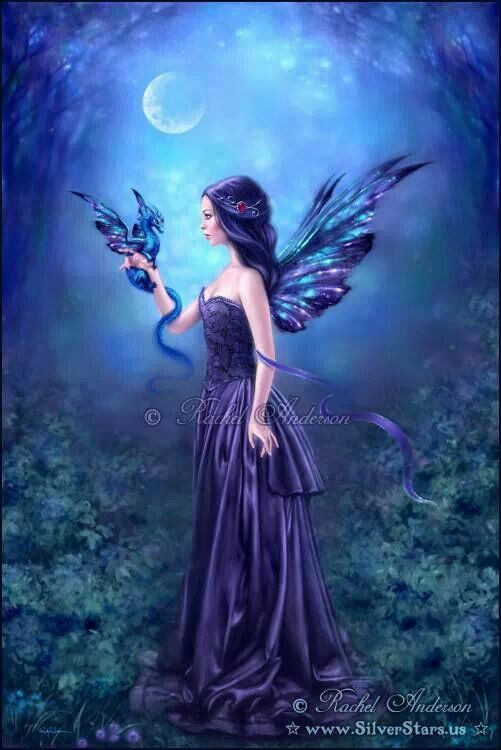 Eine Mondfee. Durch ihre dunklen Flügel werden sie oft mit den Dämonenfeen verwechselt, doch wenn man sie genauer betrachtet, dann funkeln ihre Flügel wie ein Sternenhimmel