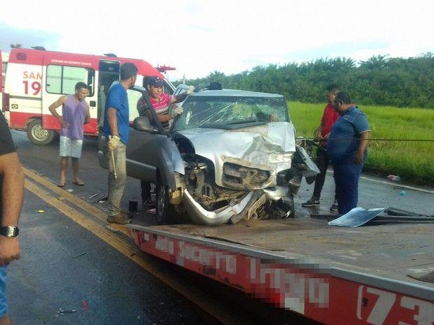 Caminhonete teve parte da frente destruída com colisão (Foto: Ronildo Brito/ Teixeira News)
