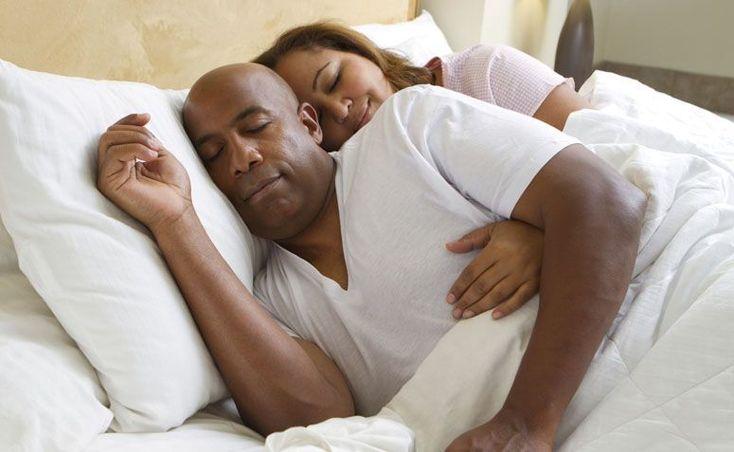 Dormir de conchinha: 5 benefícios deliciosos desta posição