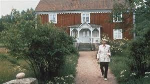 Astrid Lindgren ved sit hus i vimmerby