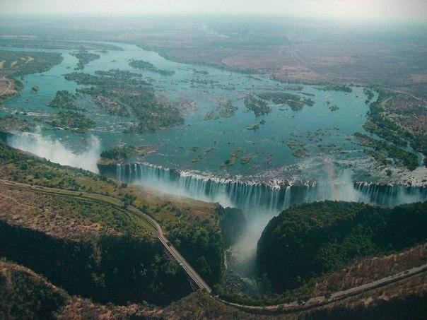 Водопад Виктория. Его высота 120 м, ширина 1800м. Граница Замбии и Зимбабве