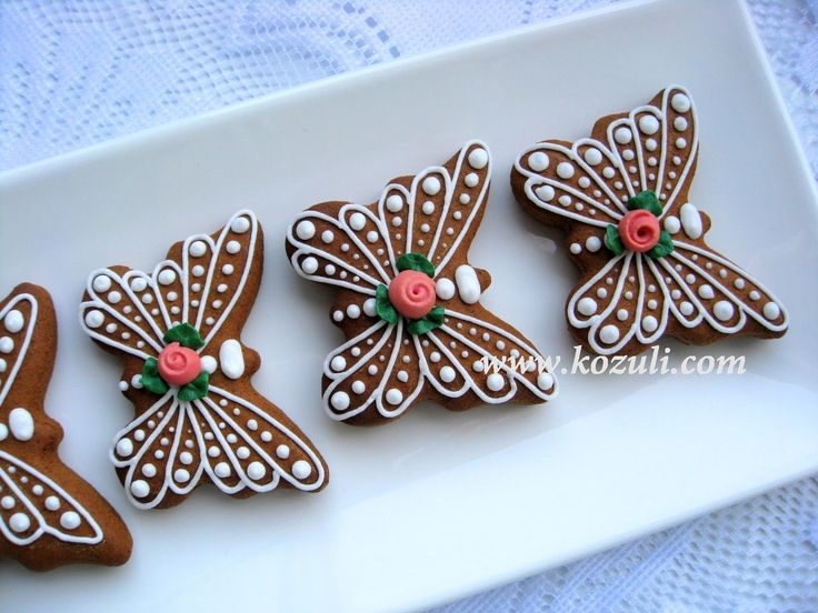 @kozuli_com  // Butterfly Cookies with VIDEO TUTORIAL at www.kozuli.com // Butterfly Cookies / Mother's Day Cookies / Lace cookies / Icing lace cookies / Royal icing cookies / Decorated cookies / Cookie decorating / Cookie decorating ideas / Sugar cookies / Sugar cookie icing