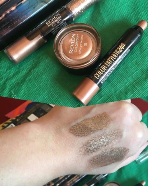 Tanto la sombra de Revlon como el crayón de Maybelline te darán la misma tonalidad bronce para crear un smoky eye perfecto. ¿Cuál es la más barata? La de Maybelline, de apróx. $101, contra la de Revlon de $253.